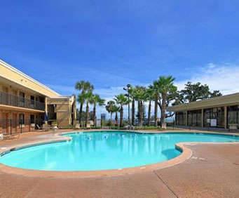 Outdoor Swimming Pool of Quality Inn Biloxi