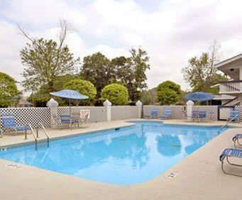 Outdoor Swimming Pool of Days Inn Savannah Airport