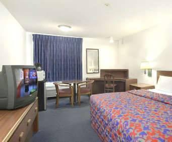 Photo of Red Roof Inn & Suites Savannah Airport Room