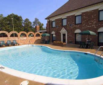 Outdoor Swimming Pool of Best Western Governors Inn