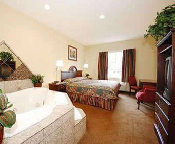 Econo Lodge Airport Jacuzzi Room Photo