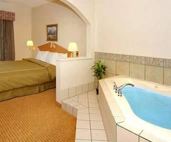 Comfort Suites - Downtown Jacuzzi Room Photo