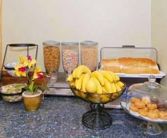 Rodeway Inn & Suites At Biltmore Square Dining