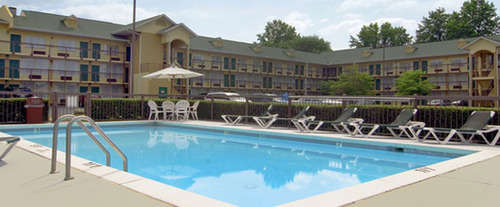 Outdoor Swimming Pool of Best Western Greenbrier Inn