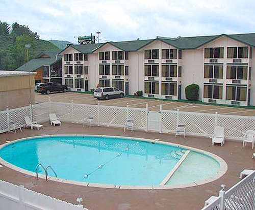 Outdoor Swimming Pool of Green Valley Motel