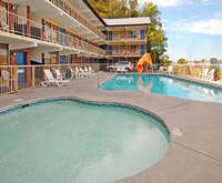 Outdoor Swimming Pool of Rodeway Inn Pigeon Forge