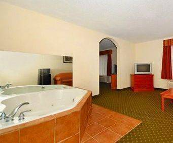 Quality Inn & Suites Hershey Jacuzzi Room Photo