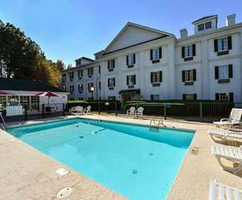 Outdoor Swimming Pool of Quality Inn Pooler