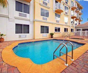 Outdoor Swimming Pool of Comfort Suites Downtown