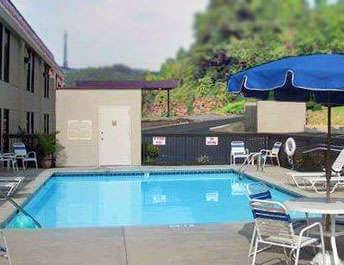 Outdoor Swimming Pool of Clarion Inn Chattanooga