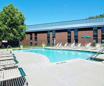 Outdoor Swimming Pool of Comfort Inn Cleveland Airport