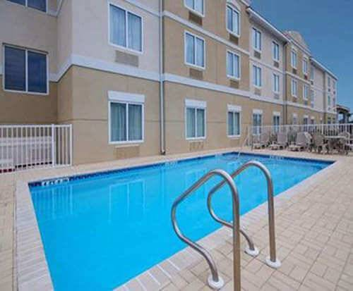 Outdoor Swimming Pool of Comfort Suites Fernandina Beach